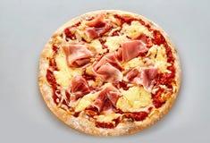 Pizza italiana tradicional con el jamón de Parma Fotografía de archivo