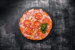 Pizza italiana tradicional con el queso de la mozzarella, jamón, tomates imagenes de archivo