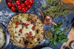 Pizza italiana tradicional con el tomate, el salsicia y el pesto Imagen de archivo libre de regalías