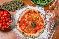 Pizza italiana tradicional con la salsa de tomate, el ajo y la albahaca, o Fotografía de archivo