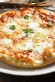 Pizza italiana tradicional de Margherita Imagenes de archivo