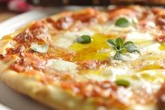 Pizza italiana tradicional de Margherita Imagen de archivo libre de regalías