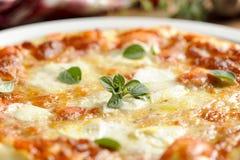 Pizza italiana tradicional de Margherita Imágenes de archivo libres de regalías