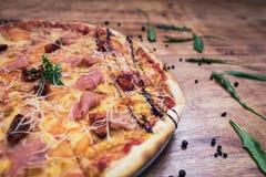 Pizza italiana tradicional deliciosa Foto de archivo
