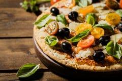 Pizza italiana tradicional en la tabla de madera Fotos de archivo libres de regalías