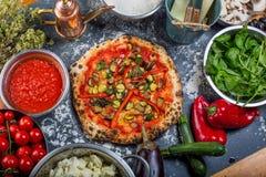 Pizza italiana vegetariana tradicional con pimientas y salsa de tomate Imagenes de archivo