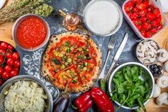 Pizza italiana vegetariana tradicional con pimientas y salsa de tomate Imagen de archivo