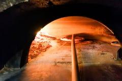 Pizza italienne étant faite cuire au four en four en bois traditionnel du feu de flamme Photo libre de droits