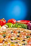 Pizza italienne avec du jambon et des légumes photo stock