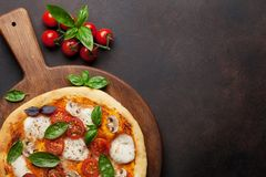 Pizza italienne avec les tomates, le mozzarella et le basilic images libres de droits
