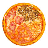 Pizza italienne classique délicieuse quatre saisons avec le poulet, les champignons et le fromage épicés Photo libre de droits