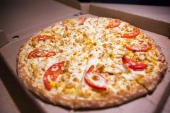 Pizza italienne dans la boîte photographie stock libre de droits