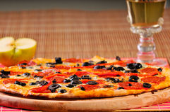 Pizza italienne de salami sur la table Photographie stock
