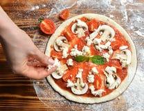 Pizza italienne faisant cuire le procédé de préparation sur la table en bois rustique photographie stock libre de droits