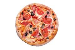Pizza italienne savoureuse avec du jambon, des tomates, et des olives Photographie stock