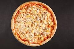 Pizza italienne savoureuse avec le poulet et le fromage d'ananas photos libres de droits