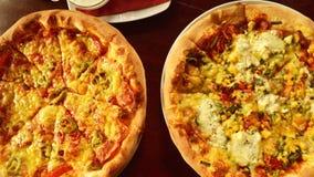 Pizza italienne sur la table en bois avec des ingrédients photographie stock libre de droits