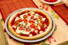 Pizza italienne sur un prêt à servir à manger Photo libre de droits