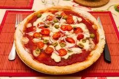 Pizza italienne sur un prêt à servir à manger Images stock