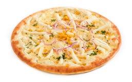Pizza jarosz z pomidorami, czerwonymi pieprzami i pieczarkami odizolowywającymi na bielu, obrazy royalty free