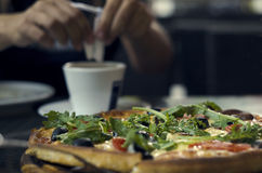 Pizza jest na stole w pizzeria Obrazy Stock