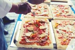 Pizza jest Włoskim restauracją który gotujący szefami kuchni jest popularny dookoła świata którym z sposobny robić naczyniom gotu Obrazy Royalty Free