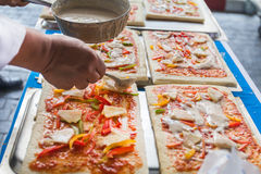 Pizza jest Włoskim restauracją który gotujący szefami kuchni jest popularny dookoła świata którym z sposobny robić naczyniom gotu Zdjęcia Stock