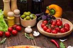 Pizza kokende ingrediënten Deeg, groenten, kaas en kruiden stock afbeeldingen