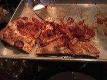 Pizza laissée sur le plateau Images stock