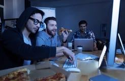 Pizza mangeuse d'hommes avec plaisir gaie Photos stock
