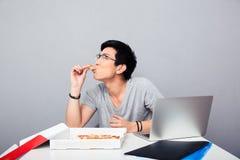 Pizza mangiatrice di uomini asiatica bella Fotografia Stock