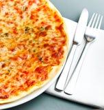 Pizza Margarita Lizenzfreie Stockbilder
