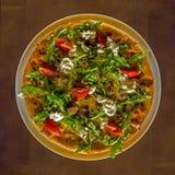 Pizza Margarita backte in einem Ziegelsteinholzofen Stockfotografie