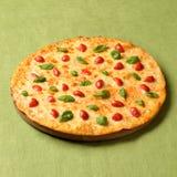 Pizza Margharita na zielonym bieliźnianym tle Obraz Royalty Free