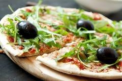 Pizza Margherita Closeup con las hojas frescas del Arugula Fotografía de archivo libre de regalías
