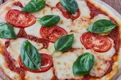 Pizza Margherita com tomates, mussarela e manjericão Imagem de Stock Royalty Free