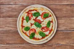 Pizza Margherita com tomates, mussarela e manjericão Imagem de Stock