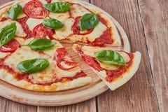 Pizza Margherita com tomates, mussarela e manjericão Imagens de Stock