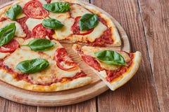 Pizza Margherita com tomates, mussarela e manjericão Fotos de Stock Royalty Free