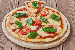 Pizza Margherita com tomates, mussarela e manjericão Fotografia de Stock Royalty Free