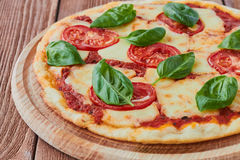 Pizza Margherita com tomates, mussarela e manjericão Fotos de Stock
