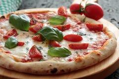 Pizza Margherita con el tomate y la albahaca Imagen de archivo