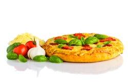 Pizza Margherita con formaggio e Ingrediens su bianco Immagine Stock