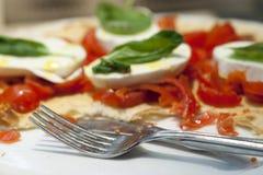 Pizza Margherita con la cuchillería Imágenes de archivo libres de regalías