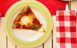 Pizza Margherita con las hojas de la albahaca Foto de archivo libre de regalías