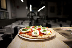 Pizza Margherita dans un restaurant Photos libres de droits