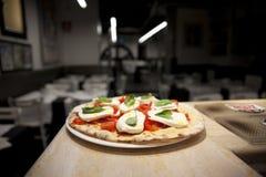 Pizza Margherita in een Restaurant Royalty-vrije Stock Foto's