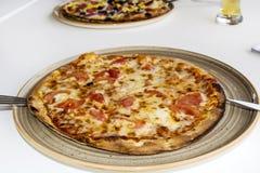 Pizza Margherita in einer Gaststätte Lizenzfreie Stockbilder
