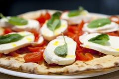 Pizza Margherita en un restaurante Fotografía de archivo
