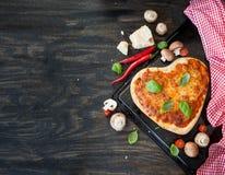 Pizza Margherita en una forma del corazón imágenes de archivo libres de regalías